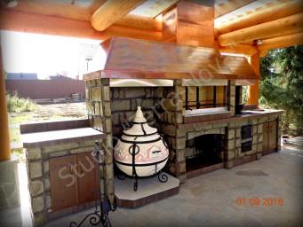 Эксклюзивный барбекю-комплекс в отделке камнем и с крышей из меди
