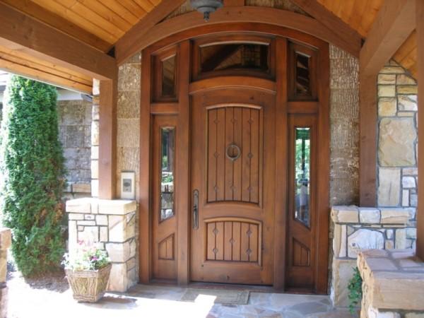 входные двери в частный дом из массива дерева